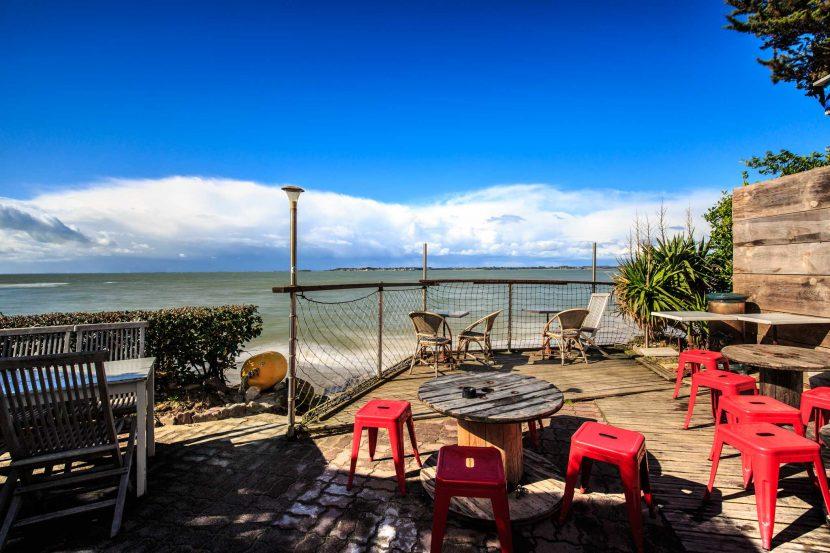 terrasse le ptit caboulot plage de sorlock photo by nils dessale